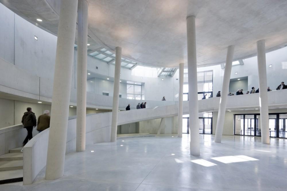 Centro de Visitantes Museo Alésia / Bernard Tschumi Architects  (6) © Iwan Baan