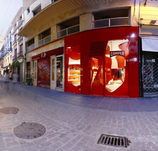 """""""En la calle Mesones se encuentra este pequeño local de apenas 50 m2 con el que se le encarga al estudio A-cero el proyecto de reforma para espacio expositivo y venta de calzado.""""  Tienda Camper, humanización del espacio 1340401859 10 p"""