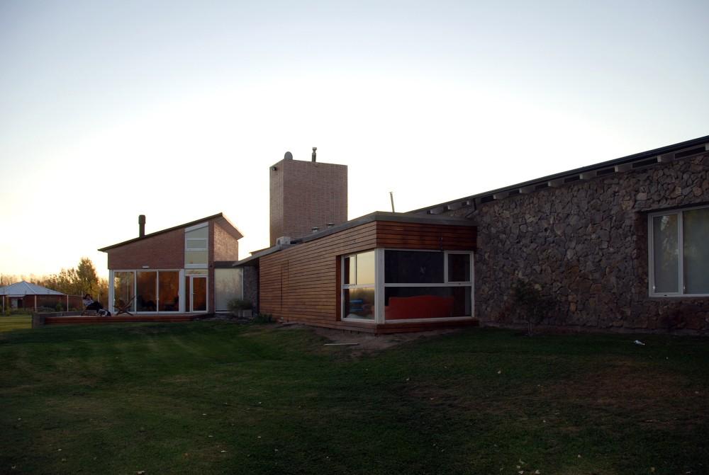 Casa En El Rio Limay / FKB Arquitectos Cortesía de FKB Arquitectos