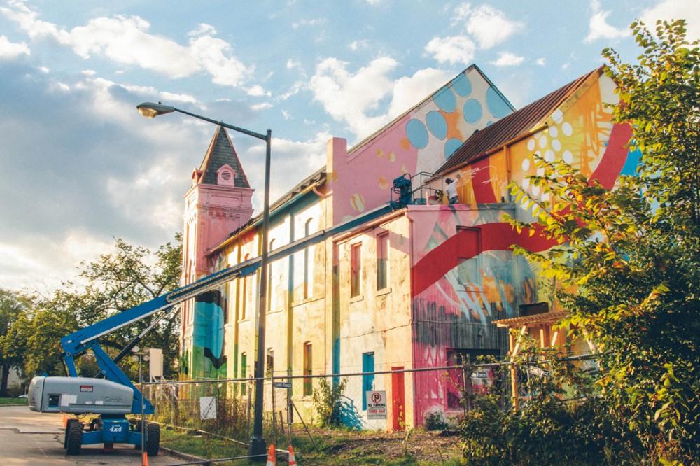 Un antigua iglesia completamente cubierta en Graffiti © Hense