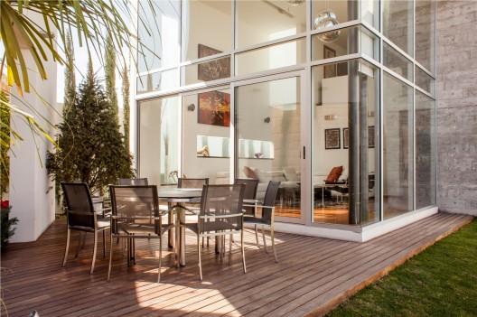 - 511c6f9fb3fc4b55d50001a9_casa-villa-de-loreto-volta-arquitectos_carlos_galarza_foto-8922-528x351