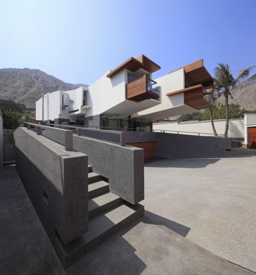 Creatively Cool Dual Cantilevered House In Peru: Una Casa Para Siempre / Longhi Architects