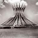 Um ano sem Oscar Niemeyer Catedral de Brasília en construcción. Image © Marcel Gautherot