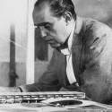 Um ano sem Oscar Niemeyer Niemeyer observa maqueta da la escuela proyectada en Belo Horizonte (MG). Image Cortesía de ON