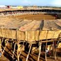 """""""La Petatera"""" en México: una plaza de toros temporal de madera, cuerdas y petates © Ramón Herrera"""