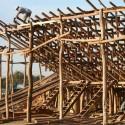 """""""La Petatera"""" en México: una plaza de toros temporal de madera, cuerdas y petates Estructura de Madera. Image © Vía Culturacolima.gob.mx"""
