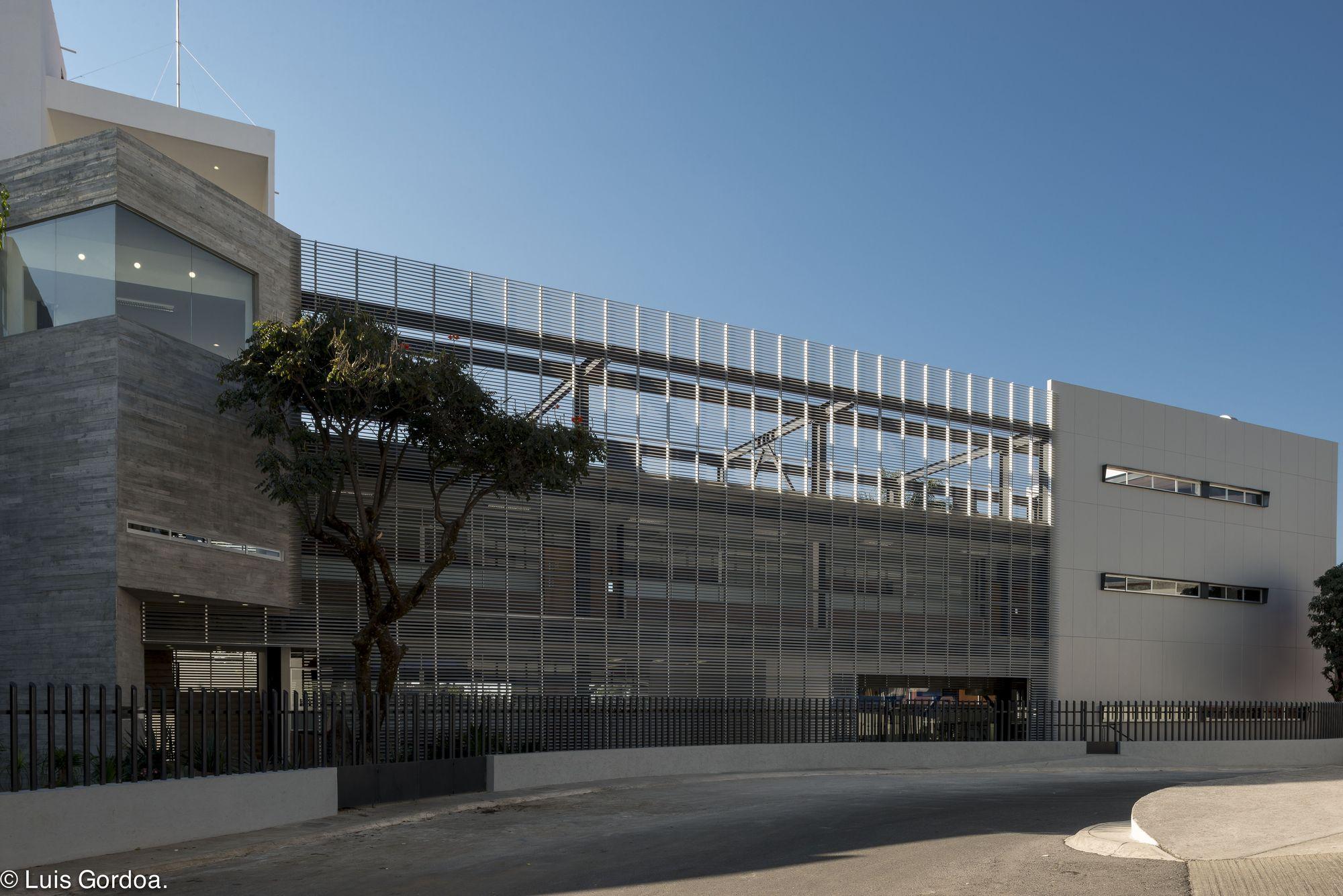 Edificio anexo universidad la salle cuernavaca gbf for Universidades para arquitectura